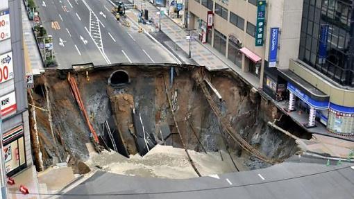 ВЯпонии отремонтировали огромную дыру надороге задвое суток