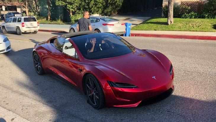 Новый Tesla Roadster на дорогах Лос-Анджелеса