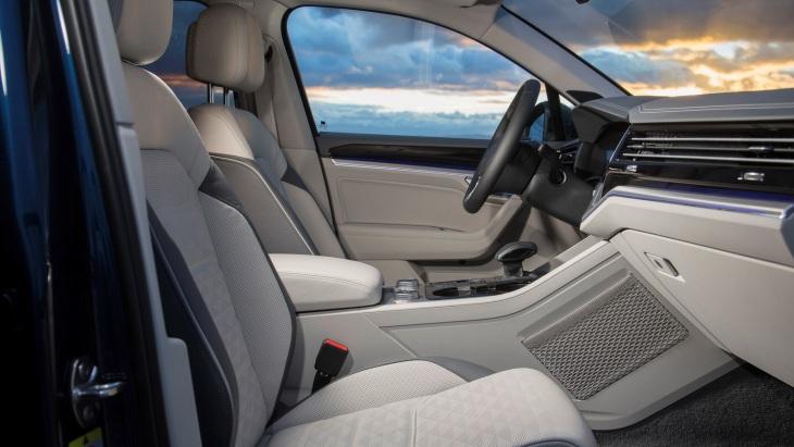 Интерьер внедорожника Volkswagen Touareg нового поколения